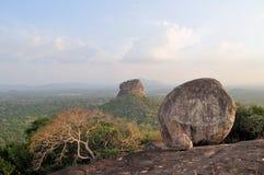 Sigiriya vaggar fästningsikt från Pidurangala royaltyfri foto