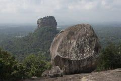 Sigiriya vaggar från Pidurangala vaggar, Sri Lanka Arkivbild