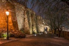 Sigismundpoort op een de winternacht, hoofdingang aan het Kasteelheuvel van Bratislava stock afbeelding
