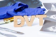 Siglas de DVT o abreviatura de la trombosis profunda de la vena, coágulo de sangre en vena dentro de nuestro cuerpo Concepto de l foto de archivo