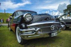 siglo 1956 del buick, con la parte posterior montada ciclomotor Imagen de archivo libre de regalías