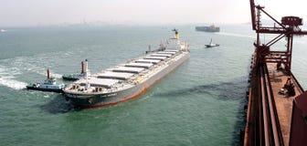 Puerto de Qingdao, terminal del mineral de hierro de China Imagen de archivo libre de regalías