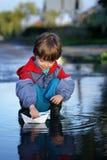 τα παιδιά δίνουν το σκάφο&sigma Στοκ Φωτογραφία