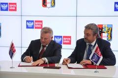 A signé un accord de coopération entre la banque de gouvernement de Khabarovsk Krai et de courrier de PJSC Photographie stock libre de droits