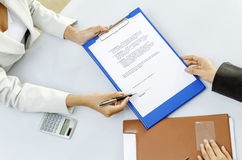 Sign contract Royalty Free Stock Images