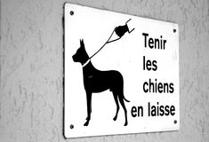 Sign in French. Hold on to your dog sign in french stock photography