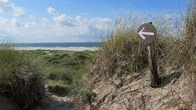 Sign pointing towards the beach and the sea royalty free stock photo