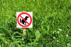 Sign prohibiting dogs shitting on  lawn Royalty Free Stock Photography