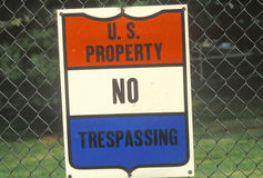 A sign that reads �U.S. property - No trespassing� Stock Photography