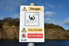 Free Sign Warning Of Deep Cold Water, Danger Of Drowning. Multiple Icons Indicating Not To Swim. Inverkeithing Quarry, Fife, Scotland. Stock Images - 173515094