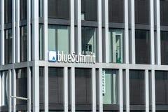 Signage голубого агенства саммита стоковая фотография