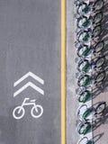 Signage майны велосипеда с автостоянкой велосипеда на улице городской Стоковые Фото