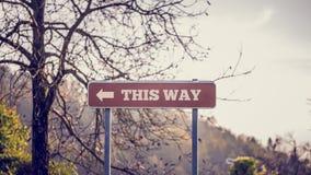 Signage дороги с этим путем отправляет СМС Стоковые Фото