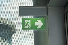 Signage d'évacuation dans l'aéroport Photographie stock