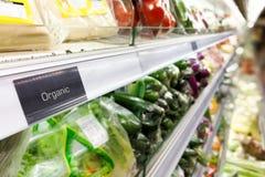 Signage d'aliment biologique sur le bas-côté moderne de légume de supermarché photographie stock