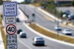 Signage da zona da velocidade da escola Fotografia de Stock Royalty Free