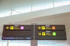 Signage de touristes d'information dans l'aéroport Photos libres de droits