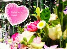 Signage de Valentine's accrochant avec la corde Photo libre de droits