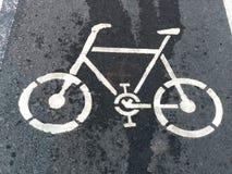 Signage de voie pour bicyclettes sur la rue image stock