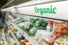 Signage des biologischen Lebensmittels auf modernem vegetab Frischware des Supermarktes Lizenzfreie Stockbilder