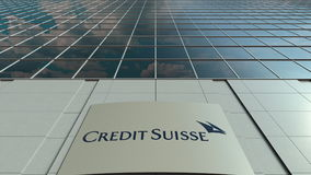Signage deska z Credit Suisse grupy logem nowoczesne fasadowy biuro budynku Redakcyjny 3D rendering Fotografia Royalty Free