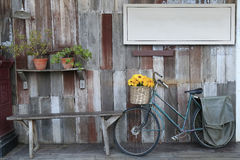 Signage e parede de madeira Fotos de Stock