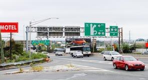 Signage e tráfego da estrada ao longo da rua da rota 495 e 30os em Bergen norte Imagem de Stock Royalty Free