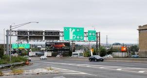 Signage e tráfego da estrada ao longo da rua da rota 495 e 30os em Bergen norte Imagens de Stock