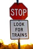 Signage an einer Bahnüberfahrt lizenzfreies stockfoto