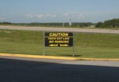 Signage för gränd för varningslastbilutgång Arkivfoton