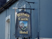 Signage für Hotel im Geschwätz Irland Stockfotos