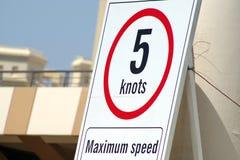 Signage montrant la vitesse maximale laissée dans les installations gauches, fond de sécurité photo libre de droits