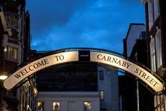 Signage på den Carnaby gatastaden av Westminster, London Fotografering för Bildbyråer