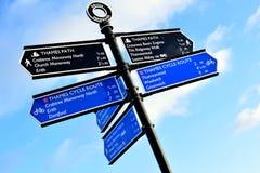 Signage på invallningen av flodThemsen, Kent, Förenade kungariket Arkivfoton