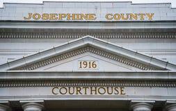 Signage på Josephine County Courthouse i lånpasserandet Oregon Arkivfoto