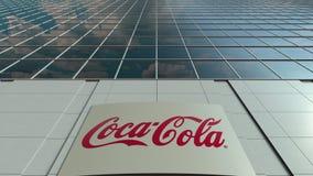Signage raad met Coca-Cola-embleem Moderne de bureaubouw voorzijde Het redactie 3D teruggeven Stock Afbeeldingen