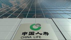 Signage raad met de Verzekeringsmaatschappijembleem van China Life De moderne de bureaubouw tijdspanne van de voorgeveltijd Het r stock video