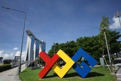 Signage som visar YOG-skulptur i Singapore Royaltyfri Fotografi