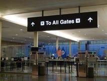 Signage Tulsa för internationell flygplats, till alla portar, TSA-område, amerikanska flaggan Royaltyfri Foto