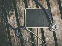 Signage und Stethoskop legen auf Tabellenideal für medizinisches und gesundes Lebenkonzept Lizenzfreies Stockfoto