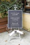 Signage utanför en coffee shop royaltyfri bild
