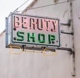 Signage velho do vintage do sinal da loja de beleza de Neaon da cidade pequena foto de stock