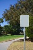 Signage vide sur le poteau argenté photo libre de droits