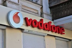 Signage Vodafone sklep Międzynarodowa firma Sim karta i usługi internetowe fotografia stock
