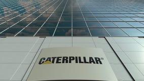 Signagebräde med Caterpillar Inc logo modernt kontor för byggnadsfacade Redaktörs- tolkning 3D Royaltyfri Foto