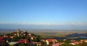 Signagi ou cidade de Sighnaghi Vista no vale de Alazan pelo zangão aéreo Geórgia, Kakheti filme
