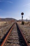 Signal abandonné de chemin de fer - vue de voie photographie stock libre de droits