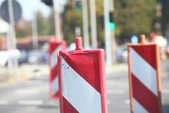 Signal d'avertissement fermé de route de poteaux de signalisation Photos libres de droits