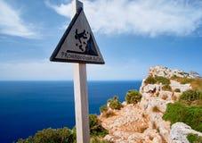 Signal d'avertissement Le danger de la chute avertissant se connectent un côté raide de montagne Photo stock