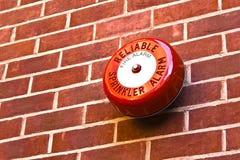 Signal d'incendie rouge sur le mur de briques Images libres de droits